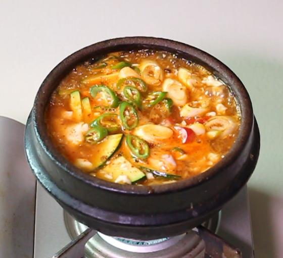 순두부가 끓을 때 달걀을 넣으면 냄비 속으로 가라앉는다. 이 때문에 불 끄고 달걀을 넣는다.