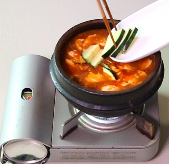 순두부를 넣고 대파를 넣기 전에 바지락살과 호박을 넣으면 국물 맛이 훨씬 깊어진다.