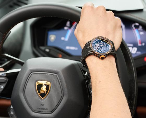 로저드뷔와 람보르기니의 협업은 디자인 교류뿐 아니라 자동차에 쓰인 소재를 시계에 적용했다는 점에서도 주목할만하다.