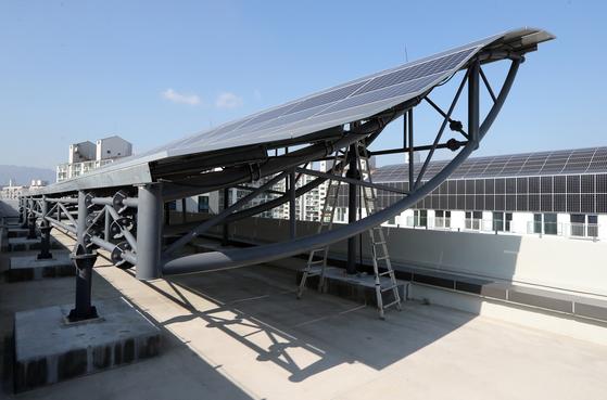 이지하우스 지붕 위에 설치된 태양광 패널. [최정동 기자]