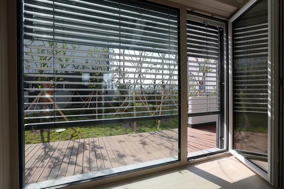 실외에 설치된 블라인드. 햇빛이 창에 도달하기 전에 차단할 수 있다. [최정동 기자]