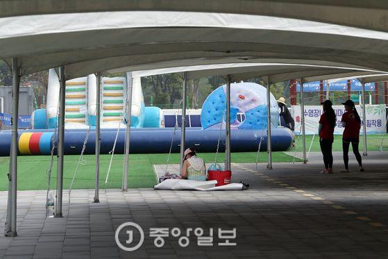 인천 아시아드 주경기장 인근에 있는 워터파크에 손님이 없어 휑한 모습을 보이고 있다. 인천=김경록 기자