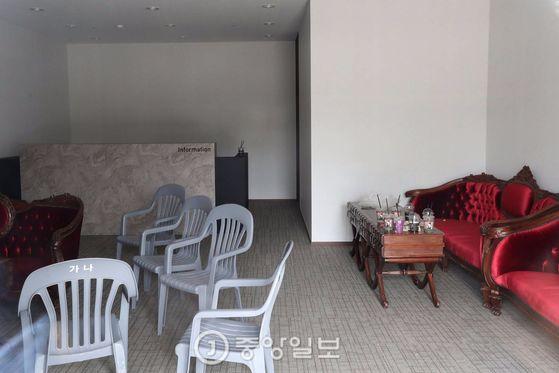 인천 아시아드 주경기장에 있는 한 웨딩홀 예약실이 방치돼 있다.    인천=김경록 기자