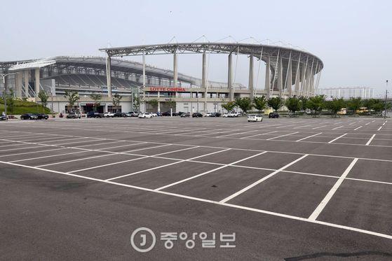 인천 아시아드 주경기장 주차장에 주차된 차가 없어 휑한 모습을 보이고 있다. 인천=김경록 기자