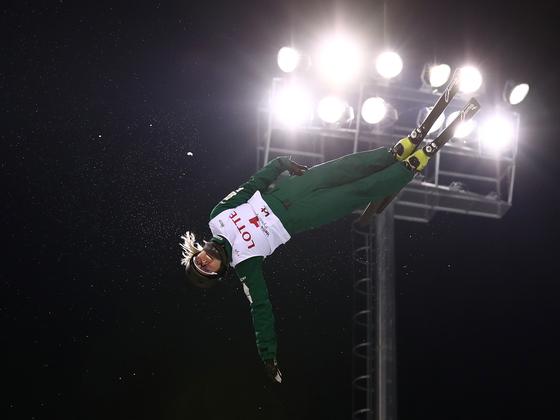 지난 1월 강원도 평창 휘닉스 스노파크에서 열린 동계올림픽 테스트이벤트에서 스키 에어리얼 종목 참가선수가 화려한 공중 곡예를 선보이고 있다. 중앙포토