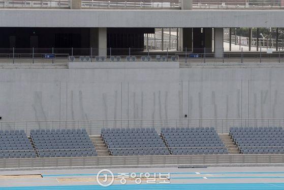 인천 아시아드 주경기장 내부. 가변석을 철거한 뒤 외벽 칠이 벗겨져 휑한 모습이다. 인천=김경록 기자