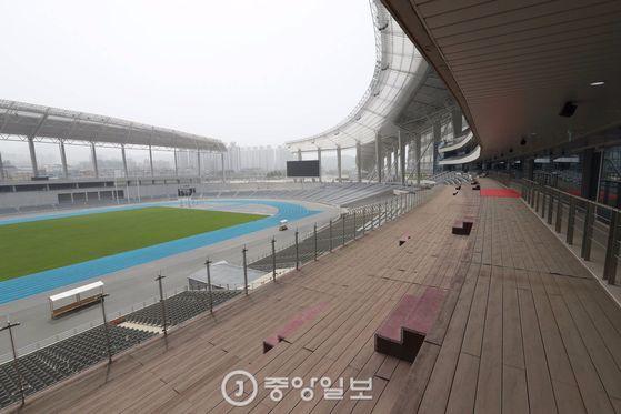 인천 아시아드 주경기장 내부 모습. VIP들이 있던 주빈석엔 의자 없이 계단만 있었다. 인천=김경록 기자