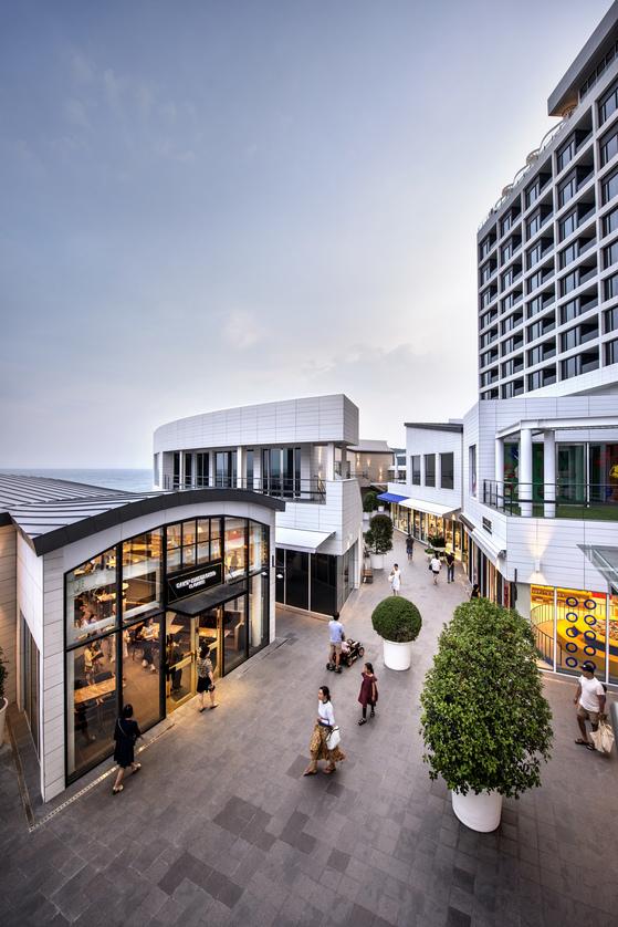 15개의 라이프스타일 숍이 있는 아난티 타운. 서점과 클리닉, 야외 공연장 등 다양한 부대시설이 한곳에 마련되어 있다. [사진 에머슨퍼시픽]
