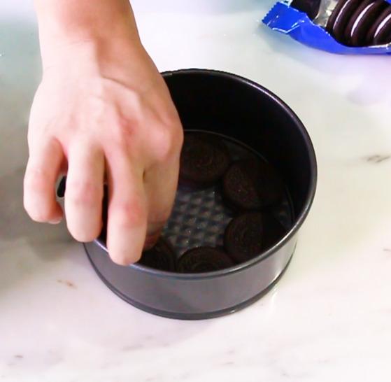 밑면과 옆면이 분리되는 케이크 틀을 사용하면 나중에 케이크 모양을 만들기 편하다.