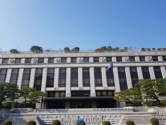 헌법재판소 전경. 건물 맨 위에 9개의 무궁화가 조각돼 있다. 헌법 재판관 9명을 상징한다.
