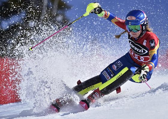 지난 3월 미국 캘리포니아주 올림픽 밸리에서 열린 회전 월드컵에서 미국 국가대표 미카엘라 쉬프린이 경기하고 있다. [올림픽밸리 AP=연합뉴스]