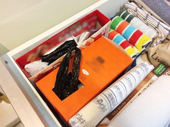 가장 쉬운 서랍 안 보관법. 비닐봉지 종류별로 박스를 구분해서 넣어놓는다. 이때 박스 입구를 위쪽으로 오도록 세로로 세워 놓아야 쓰기 편하고 잘 헝클어지지 않는다.