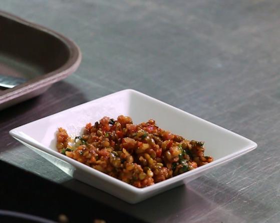 완성된 렌틸콩살사소스. 매콤한 맛으로 생선 요리와 잘 어울린다.