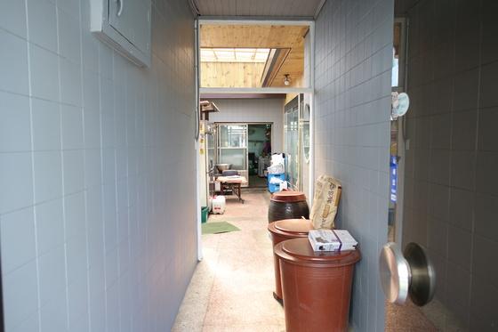 '순흥옥' 출입문을 들어가면 골목 같은 작은 통로가 나온다. 그 안으로 대지 129㎡(39평) 집의 작은 마당과 주방이 연결된다.