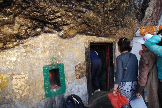 바위산 정상 아래에 있는 동굴. 싯다르타는 이곳에서 고행 수행을 했다고 한다. 안은 작은 방만한 크기다. 백성호 기자