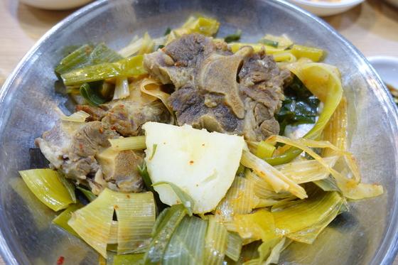 꼬리찜에는 꼬리 세 토막, 감자 한 덩이에 데친 파를 듬뿍 올려준다. 꼬리는 굵은 것, 중간, 끝부분을 고르게 섞어 담는다.