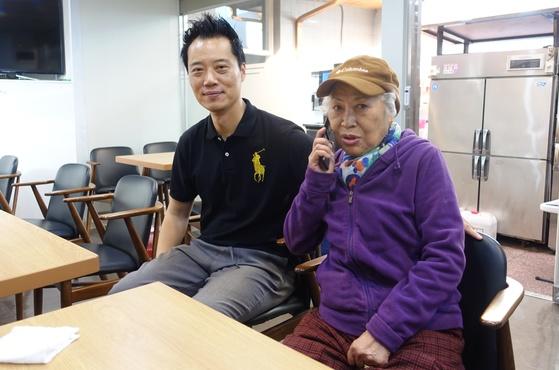 지난달 29일 오후 점심영업을 끝내고 나란히 앉은 '순흥옥' 3대인 아들 이종화씨와 2대 주방 책임자인 어머니 김춘자 여사.