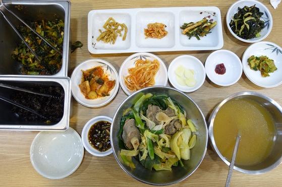 꼬리찜정식 한 상 차림. 꼬리곰탕 상(6찬)보다 반찬 2가지(오른쪽 끝 접시)가 더 오른다. 여기에 소면 사리와 공깃밥이 더 나온다.