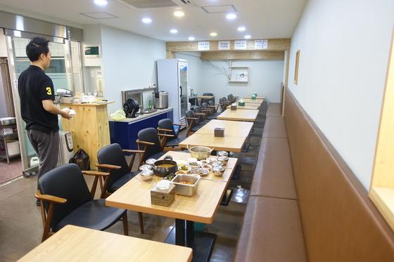 지난해 8월 전면 리모델링한 실내. 좌석은 36석이다. 이전에는 이곳 전체가 방바닥에 앉아서 먹는 좌식이었다.
