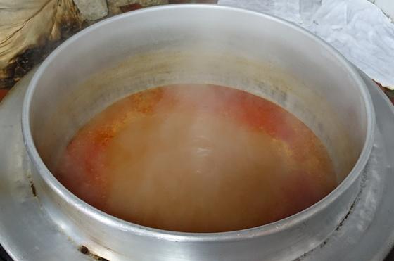 끓고 있는 꼬리곰탕 국물. 꼬리 삶은 물에 소금·고춧가루와 화학조미료가 약간 들어갔다. 그릇에 꼬리 한 토막과 데친 대파 담고 국물을 부으면 꼬리곰탕이 완성된다.