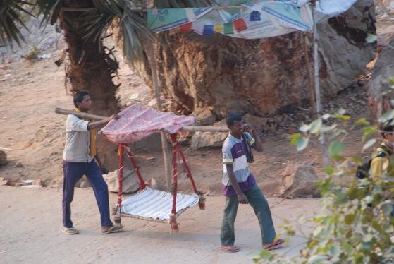 인도의 젊은이들이 가마를 메고 전정각산으로 올라가는 순례객을 태우기도 한다. 백성호 기자