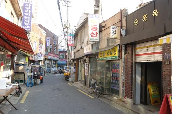 을지로4가역 6번 출구에서 인쇄골목과 방산시장으로 이어지는 길 초입에 있는 '순흥옥'은 간판도, 입구도 작아 처음 가는 사람은 자세히 살펴야 찾을 수 있다.