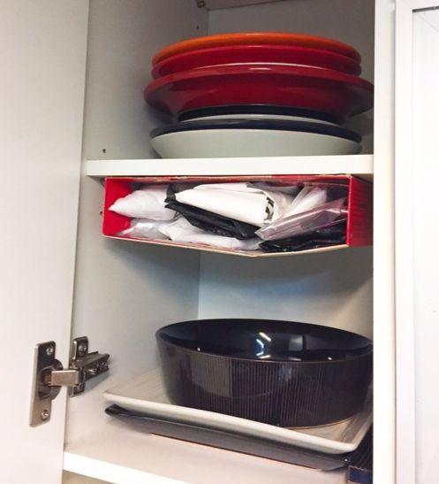 그릇을 넣어놓은 찬장 윗 공간은 늘 비어있는 죽은 공간이다. 여기에 비닐을 넣은 종이 박스를 양면테이프로 붙여 놓아 공간을 활용한다.