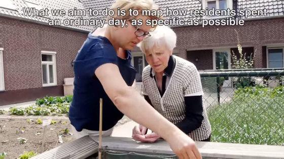 네덜란드 드포트 케어팜에서 한 노인이 텃밭에 씨를 뿌리고 있다. [사진 유튜브 캡쳐]