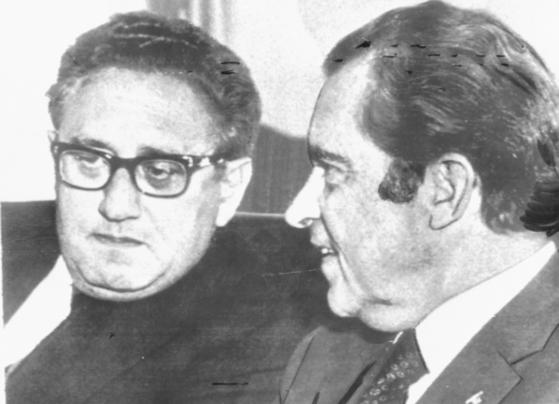 닉슨 미국 대통령(오른쪽)이 백악관에서 긴급소집된 각료회의가 시작되기 전 키신저 국무장관과 담소하고 있다. [중앙포토]