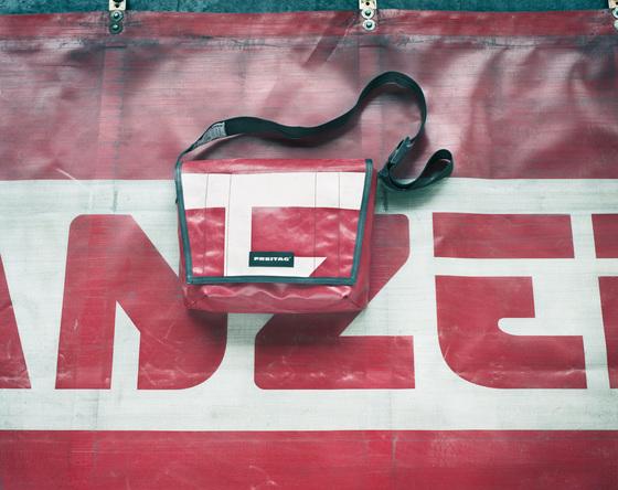 버려진 트럭 방수 덮개를 활용해 가방을 만드는 '프라이탁' [사진 중앙포토]