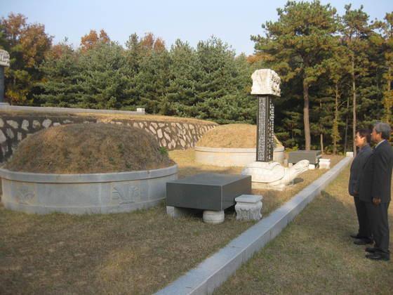 약 400년 전 조성된 의롭고 충성스런 말의 무덤인 '의마총(義馬塚) 옆에 조성된 말의 주인인 이유길 장군의 묘. 전익진 기자