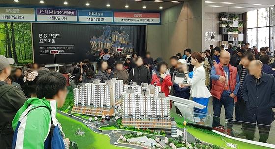 서울 신규 분양 아파트의 청약가점제가 확대된 뒤 분양시장에 무주택자들이 크게 늘었다. 사진은 분양 중인 북한산 두산위브2차 견본주택.