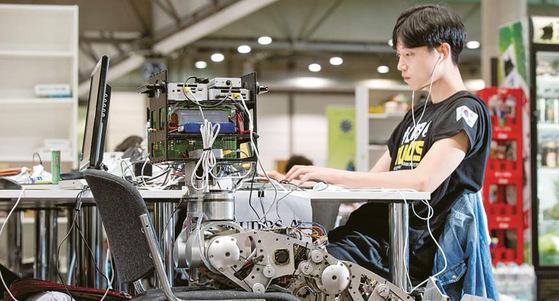 국민대는 4차 산업혁명 시대를 이끌어갈 인재 양성에 주력하고 있다. 국내 대학 최초 친환경 자율주행 트램, 국내 최대 크기 3D 프 린터, CRC 정부사업을 통한 스마트 패션은 대표적 성과로 꼽힌다. 사진은 국민대 휴머노이드 로봇연구실 모습. [사진 국민대]
