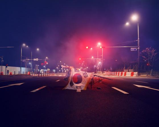 오석근, 비난수 하는 밤-붉은 신호등 아래 민주주의, archival pigment print, 139×175cm, 2013