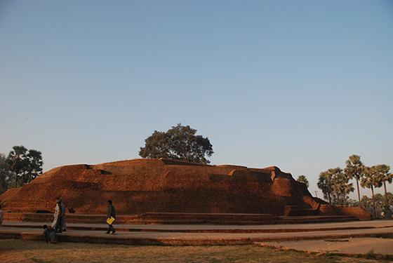 인도 네란자라 강가에는 초가지붕과 좁은 골목길의 시골마을인 수자타 마을이 있다. 고행을 멈춘 싯다르타에게 수자타가 유미죽을 공양했다. 이를 기리는 커다란 전탑이 마을에 세워져 있다.