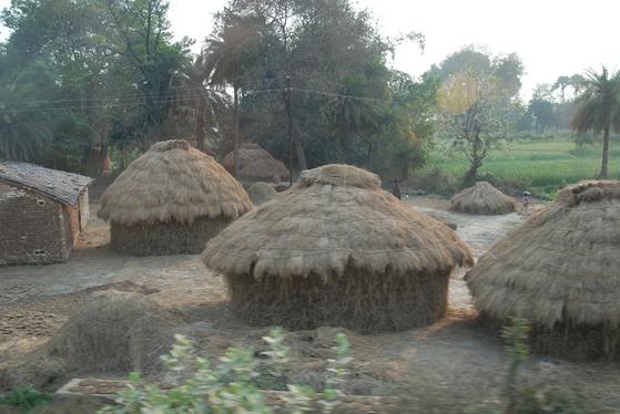 네란자라 강 근처 인도의 시골마을. 오지의 생활상은 붓다 당시와 큰 차이가 없다고 한다. 백성호 기자