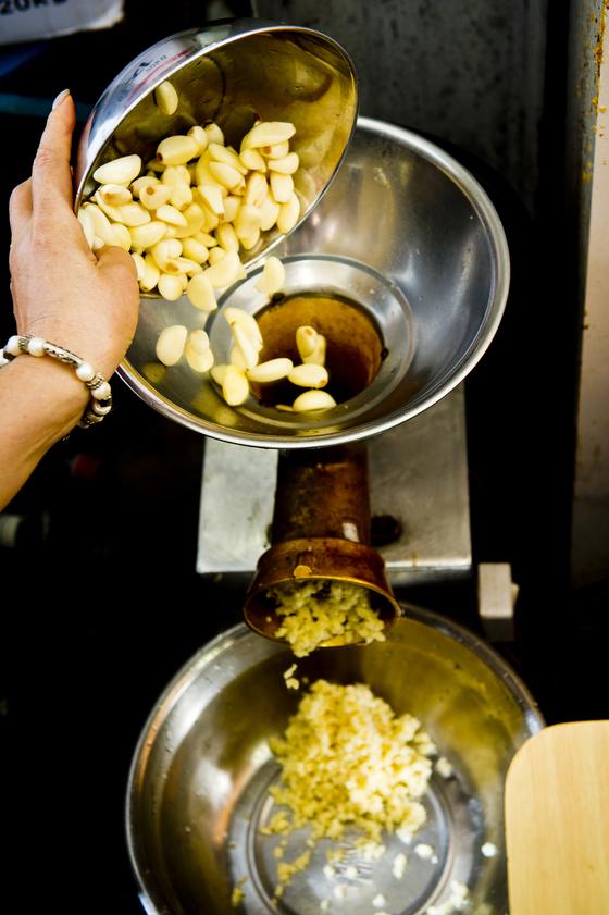 계림 닭볶음탕은 성인 주먹 크기만큼 곱게 간 마늘을 올려준다. 이를 위해 매일 국산 마늘 10kg를 간다. 김경록 기자