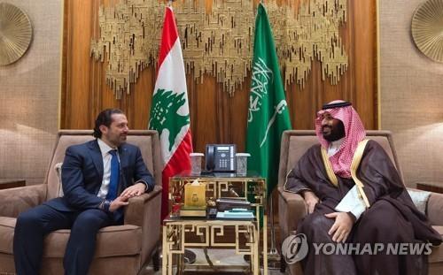하리리 레바논 총리(왼쪽)가 빈살만 사우디 왕세자를 만나 얘기를 나누고 있다. 하리리 총리는 지난 4일(현지시간) 사우디 수도에서 갑작스럽게 사임을 발표했다. [AP=연합뉴스]