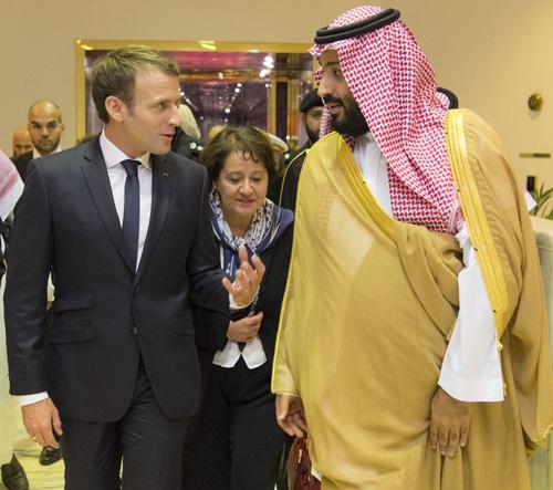 모하메드 빈살만 사우디아라비아 제1왕위계승자(오른쪽)가 9일(현지시간) 리야드 공항에서 사우디를 깜짝 방문한 에마뉘엘 마크롱 프랑스 대통령을 영접하고 있다. 두 사람은 레바논 상황을 논의했다. [AFP=연합뉴스]