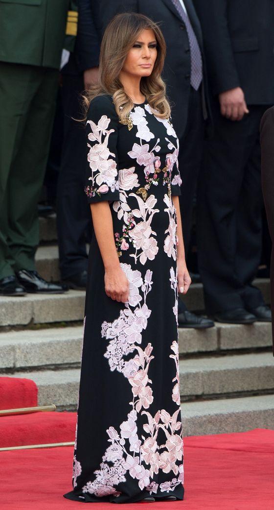 11월 9일 중국 베이징 인민대회당 환영행사에 참석한 멜라니아. 중국 전통 의상 치파오를 연상시키는 돌체앤가바나 플로럴 프린트 드레스를 입었다. [AFP=연합뉴스]