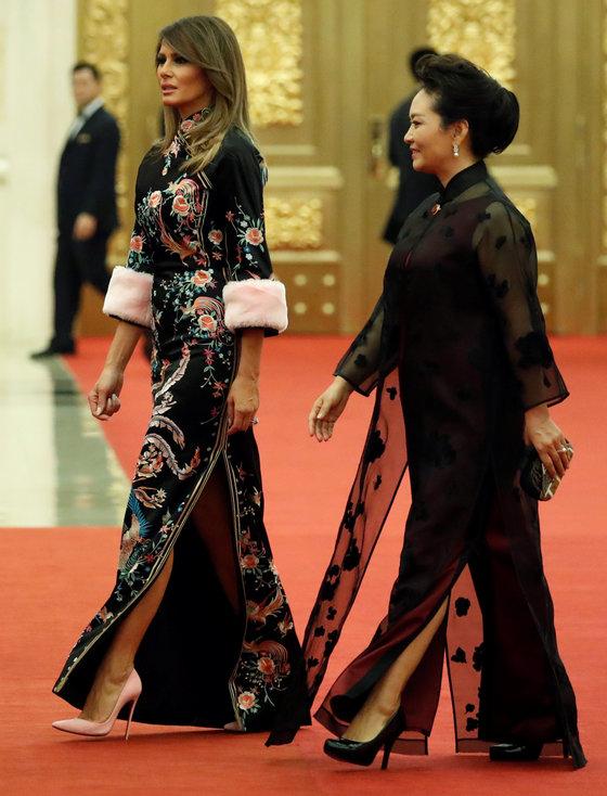 11월 9일 중국 베이징에서의 만찬에서 멜라니아는 화려한 구찌 드레스를 입었다. 소매에 달린 분홍색 퍼(fur) 장식과 비슷한 컬러의 분홍색 킬힐을 선택했다.[연합뉴스]