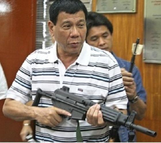 '필리핀의 트럼프'로 불리는 '징벌자(The Punisher)' 로드리고 두테르테 대통령의 다바오 시장 때 사진.