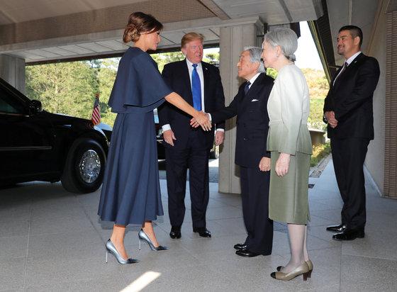 11월 6일 일왕 부부와의 만남에선 디올의 푸른색 드레스에 맞춰 화려한 글리터 슈즈를 선택했다. [연합뉴스]