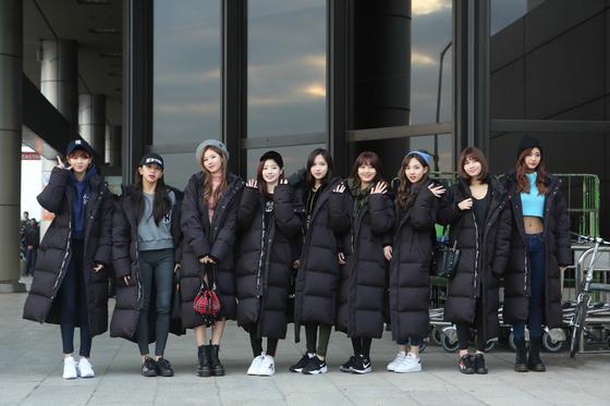 6일 일본 활동을 위해 출국하는 걸그룹 트와이스. 공항패션으로 올블랙 벤치다운을 입었다. [사진 MLB]