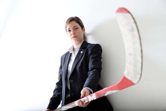캐나다 출신 새러 머리 감독은 26세였던 2014년 한국 여자 아이스하키대표팀 감독이 됐다. 아이스하키스틱을 들고 포즈를 취한 머리 감독. [우상조 기자]