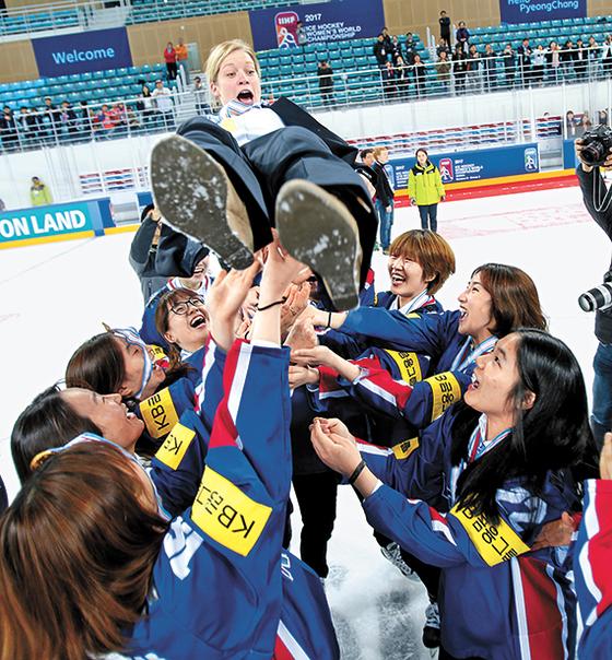 지난 4월 강릉에서 열린 세계선수권(4부 리그)에서 5전 전승으로 우승을 차지한 한국 선수들이 머리 감독(가운데)을 헹가래치고 있다. [강릉=뉴시스]