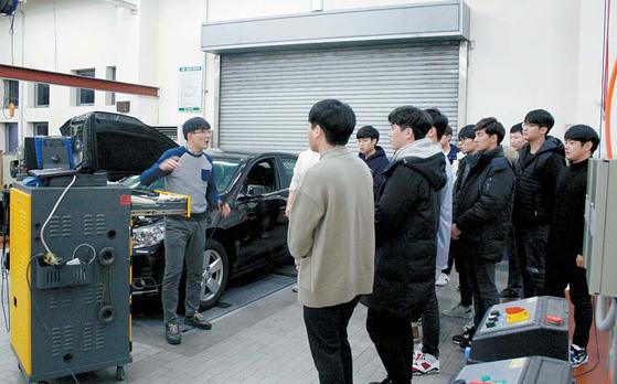 국민대 자동차IT융합학과 학생들이 자동차 기능 실습수업을 듣고 있다. [사진 국민대]