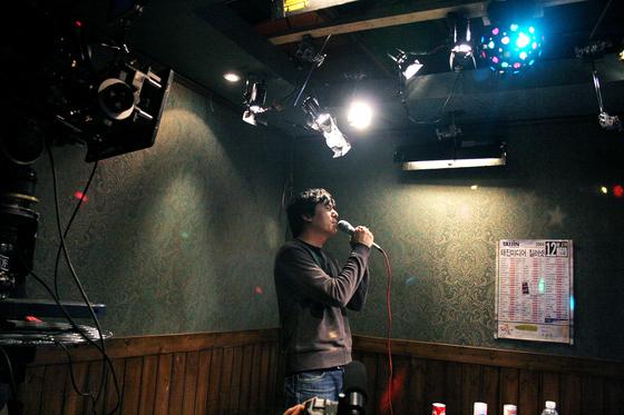'광식이 동생 광태' 촬영 현장. 카메라가 돌지 않는 리허설이었지만, 그는 취재진을 위해 '세월이 가면'을 열창했다.