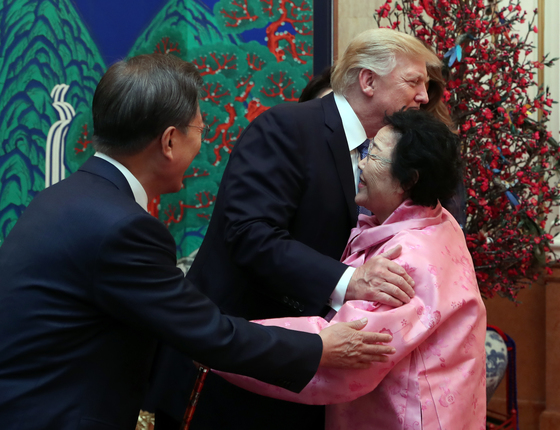 도널드 트럼프 미국 대통령이 지난 7일 오후 청와대에서 열린 국빈만찬에서 위안부 피해자 이용수 할머니와 포옹하며 인사하고 있다. [연합뉴스]