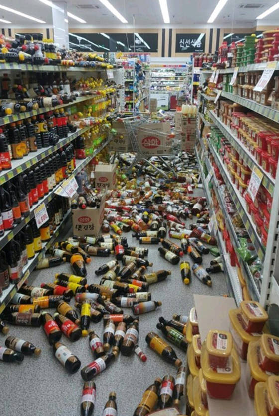 15일 오후 2시 29분께 경북 포항시 북구 북쪽 6㎞ 지점에서 규모 5.4 지진이 발생했다. 포항시 두호동의 한 마트의 물건이 바닥에 쏟아져 있다[연합뉴스]